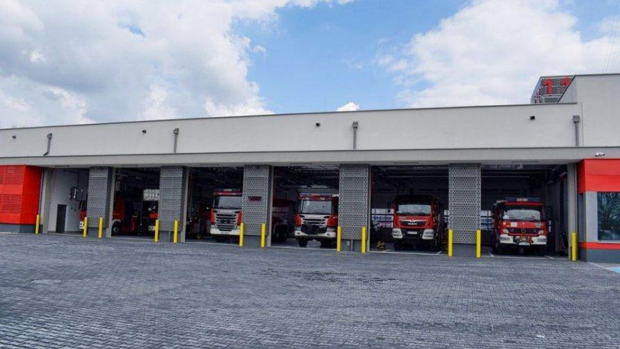 Zdjęcie przedstawia zaparkowane samochody pożarnicze