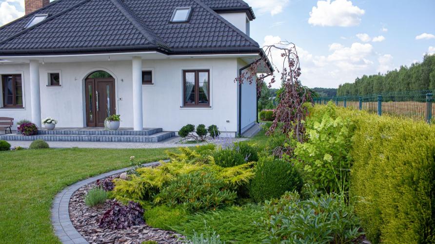 Zdjęcie przedstawia ogród oraz część domu