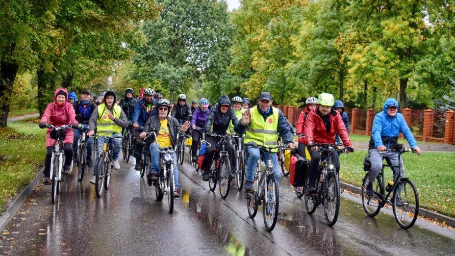 Zdjęcie przedstawia rowerzystów uczestniczących w Święcie Rowerów