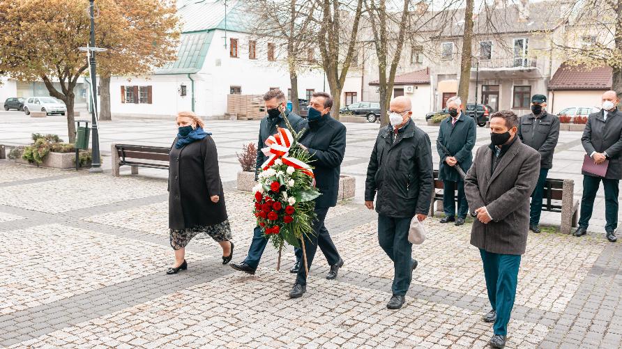 Zdjęcie przedstawia złożenie kwiatów przez przedstawicieli samorządów