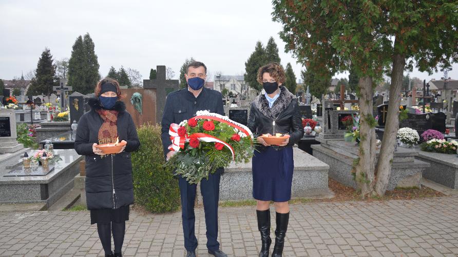 Zdjęcie przedstawia Pana wójta z delegacją i kwiatami