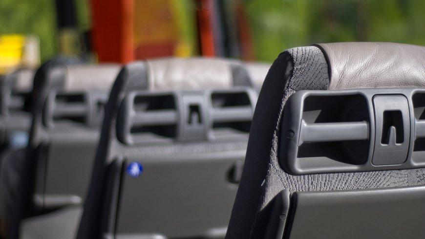 Obraz przedstawia siedzenia w autobusie